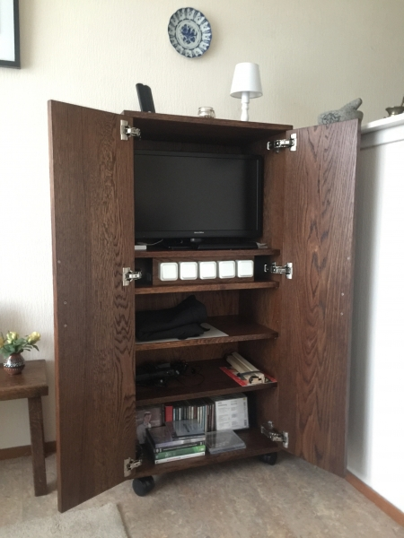 TV-kast open